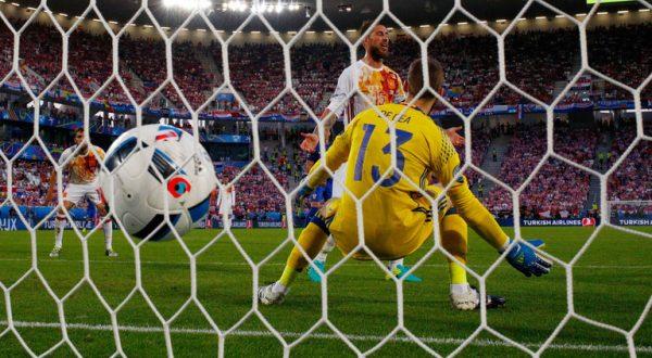 TOP cele mai tari 100 de goluri din istoria fotbalului! Un roman e pe locul 2! Se implinesc 17 ani de la acel gol memorabil!